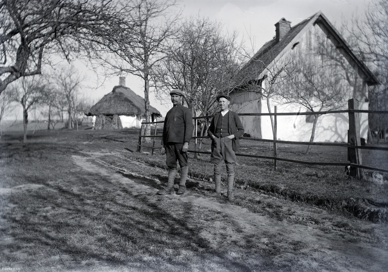 Schlemmer József egy munkára kirendelt orosz hadifogoly társaságában az Egerszeg-hegyen.A Zalaegerszeg melletti Pózva község határában 1915-ben kezdte meg a Grósz és Fuchs cég (amelyben akkor Morandini Tamás is dolgozott) egy húszezer fős hadifogolytábor építését. A táborba először orosz, majd szerb, román és olasz foglyok kerültek. A hadifoglyokat szigorú szabályok betartása mellett kérvényezni lehetett munkaerőnek, gazdasági munkára vagy kereskedők, iparosok mellé segédmunkára. A kommünt követően a hely internálótáborként működött 1924-ig, majd tüdőszanatórium lett. Az utolsó barakkot a hatvanas években bontották le.