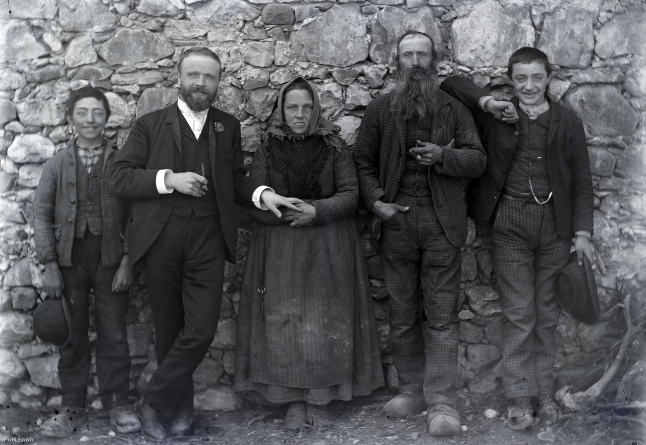 """Morandini kőfaragó és családja az itáliai Gemonában. Édesanyja mellett a fiatal építész, Morandini Tamás, 1894 körül.Az 1869-ben Gemonában Tommasoként anyakönyvezett Morandini Tamás Zürichben szerzett építész diplomát. Rövid ideig Nagykanizsán dolgozott, majd 1895-ben Zalaegerszegre költözött és élt 1921-es haláláig. Nagybátyjaival, a Csáktornyára (ma Horvátország) települt, téglagyártulajdonos Bálinttal és nagykanizsai székhelyű Románnal évtizedekig együtt dolgoztak az építőiparban. Morandini Tamás a dualizmus asszimilálódott, sikeres vállalkozója lett. 1900-ban lemondott olasz állampolgárságáról (""""szaporodik a magyar"""" – kommentálta akkor a helyi sajtó). Naplóját németül írta, magánleveleit a magyart és a németet keverve, a számlákat és a hivatalos iratokat viszont csakis magyarul."""