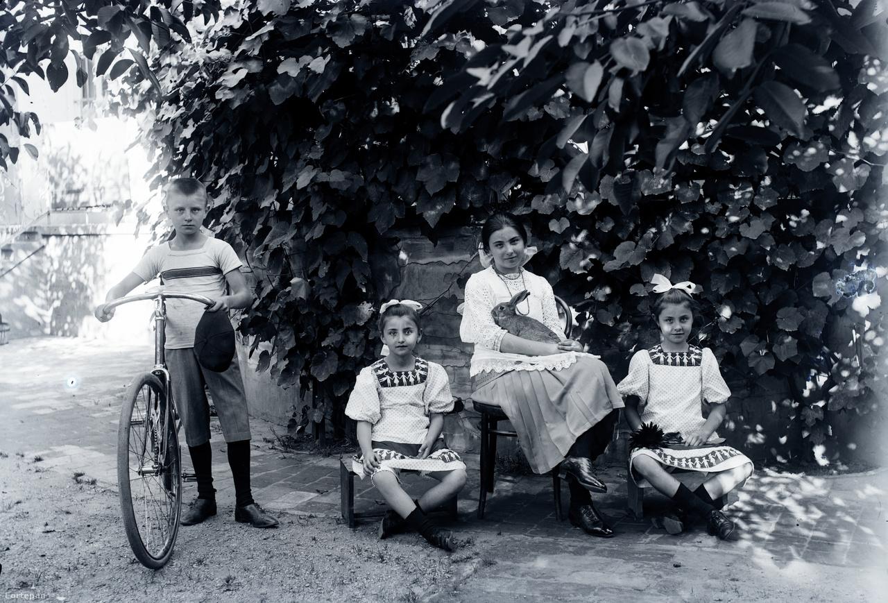 Morandini Kornél, Nóra, Mária és Jolanda a Jákum utcai házuk udvarán, 1910 körül.Morandini Tamás 1904-ben az egerszegi zsinagóga felépítése után kapott összegből a régi helyett új házat tervezett és épített a Jákum utcában. A kor minden kényelmével ellátott hatalmas házat a lebontottak helyén húzták fel, a két szűk telket összenyitották. A helyi védettség alatti Morandini-ház még áll, kovácsoltvas kapuzatán ma is ott az építtető MT monogramja. Morandini Tamásné élete végéig itt lakott, később Mária lánya és annak férje is. Morandini Kornél hivatásos katonatisztként esett el a második világháborúban. Eleonóra egy katonatiszt felesége lett, az ötvenes években tragikusan alakult az életük. Jolanda a híres egerszegi tanárhoz, Izsák Imre Gyulához ment férjhez.