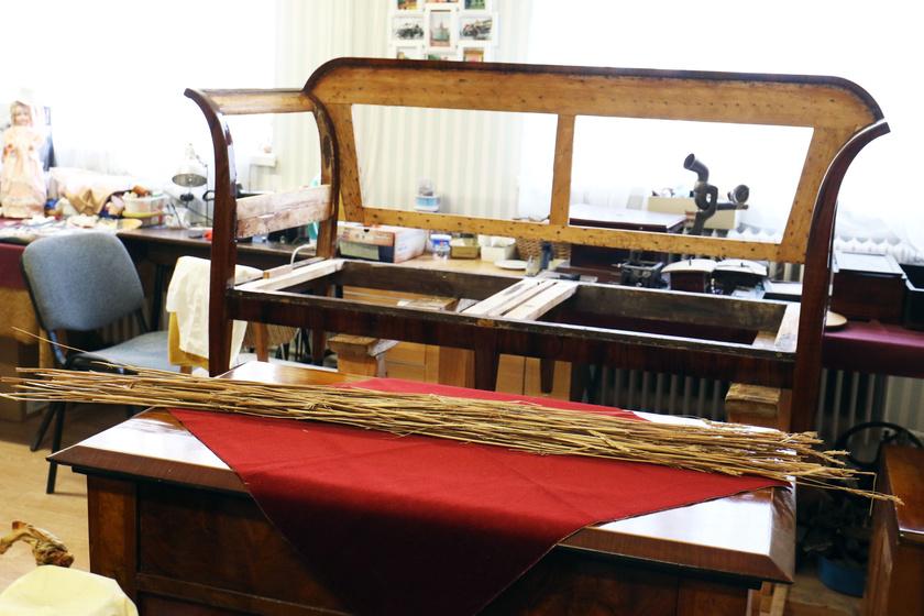 Magokkal teli gabonakévét találtak egy 1815-25 között készült, biedermeier kanapé háttámlájában, Rákóczifalván.