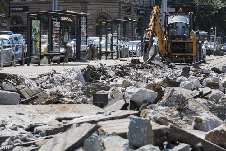 Idén nyáron hasonló látványra készülhetünk: Munkagép a 4-es és 6-os villamos Blaha Lujza téri szakaszának felújításán 2018. július 5-én