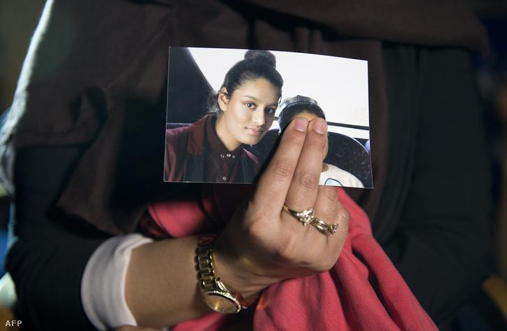 Shamima 2015. február 22-én készült fotóját tartja kezében nővére, Renu Begum