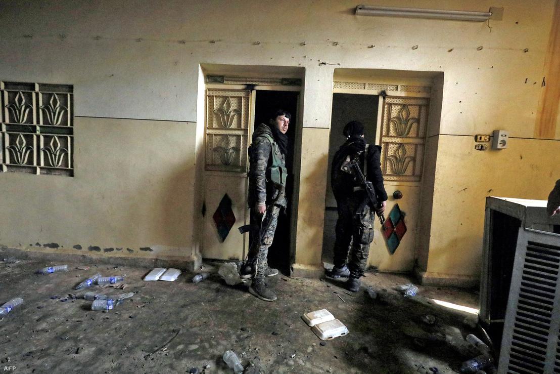 A Szíriai Demokratikus Erők harcosai (SDF), az ISIS-től visszavett Hajin városában található börtönben 2019. január 27-én