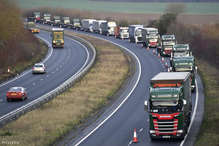 Kamionok sorakoznak torlódáskezelési próba közben a doveri kikötő felé vezető A259-es úton 2019. január 7-én.