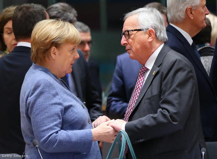 Angela Merkel német kancellár (b) és Jean Claude Juncker, az Európai Bizottság elnöke az uniós tagországok vezetőinek brüsszeli csúcsértekezletén 2018. november 25-én.