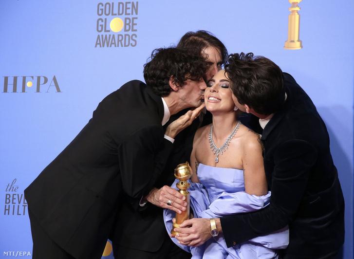 Anthony Rossomando, Andrew Wyatt és Mark Ronson (b-j) Lady Gaga amerikai énekes-színésznővel, miután a Csillag születik című film általuk szerzett betétdaláért, a Shallowért átvették a legjobb eredeti betétdal kitüntetését a Golden Globe-díjak átadási ünnepségén 2019. január 6-án.