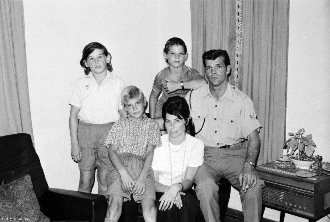 Cheryl Grimmer családja 5 évvel az eltűnése után. Carola az édesanya, Vince, az édesapa és a három fiú, Ricki, Stephen és Paul 1975. január 15-én, Sydney-ben.
