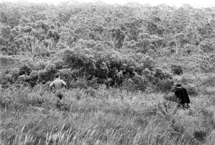 Rendőrség keresi Cheryl Grimmert a vízeséshez közeli bozótosban 1970. január 22-én.