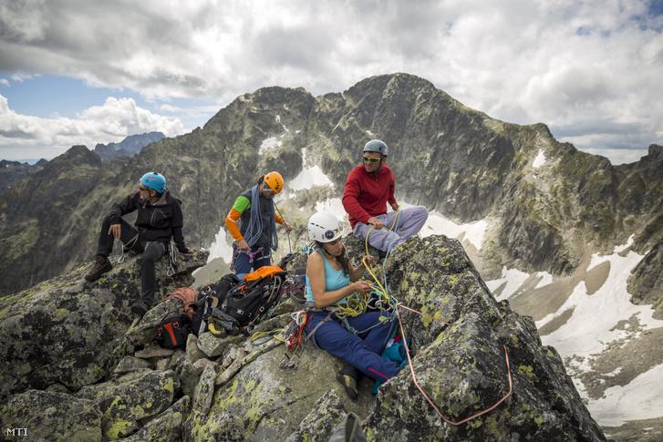 Nyári alpesi hegymászótanfolyam résztvevői a Magas-Tátrában, a Zöld-tavi csúcs alatt 2017. július 12-én. A vizsgázott hegymászóvá válás feltétele az alapfokú sziklamászó tanfolyamot követően a nyári és a téli alpesi tanfolyam teljesítése.