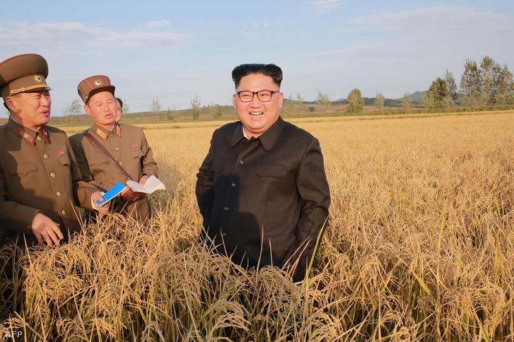 Kim Dzsongun meglátogat egy farmot 2017-ben