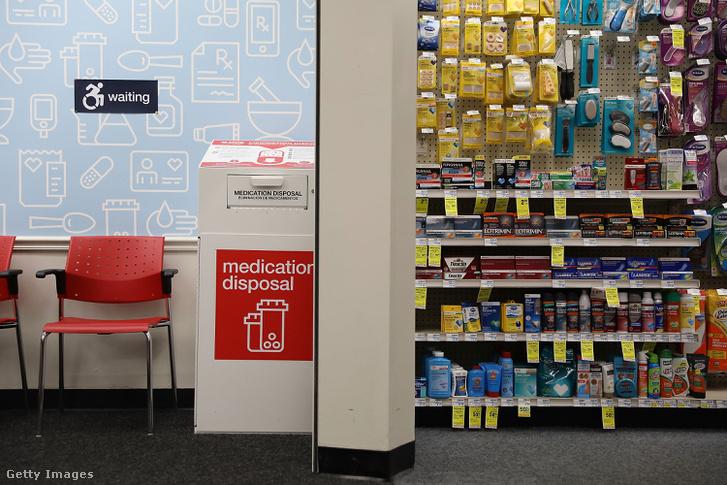 Nem használt, lejárt gyógyszergyűjtő (balra a képen), egy floridai patikában