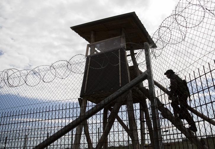 Megfigyelési pont a magyar-szerb határon a röszkei közúti határátkelő közelében