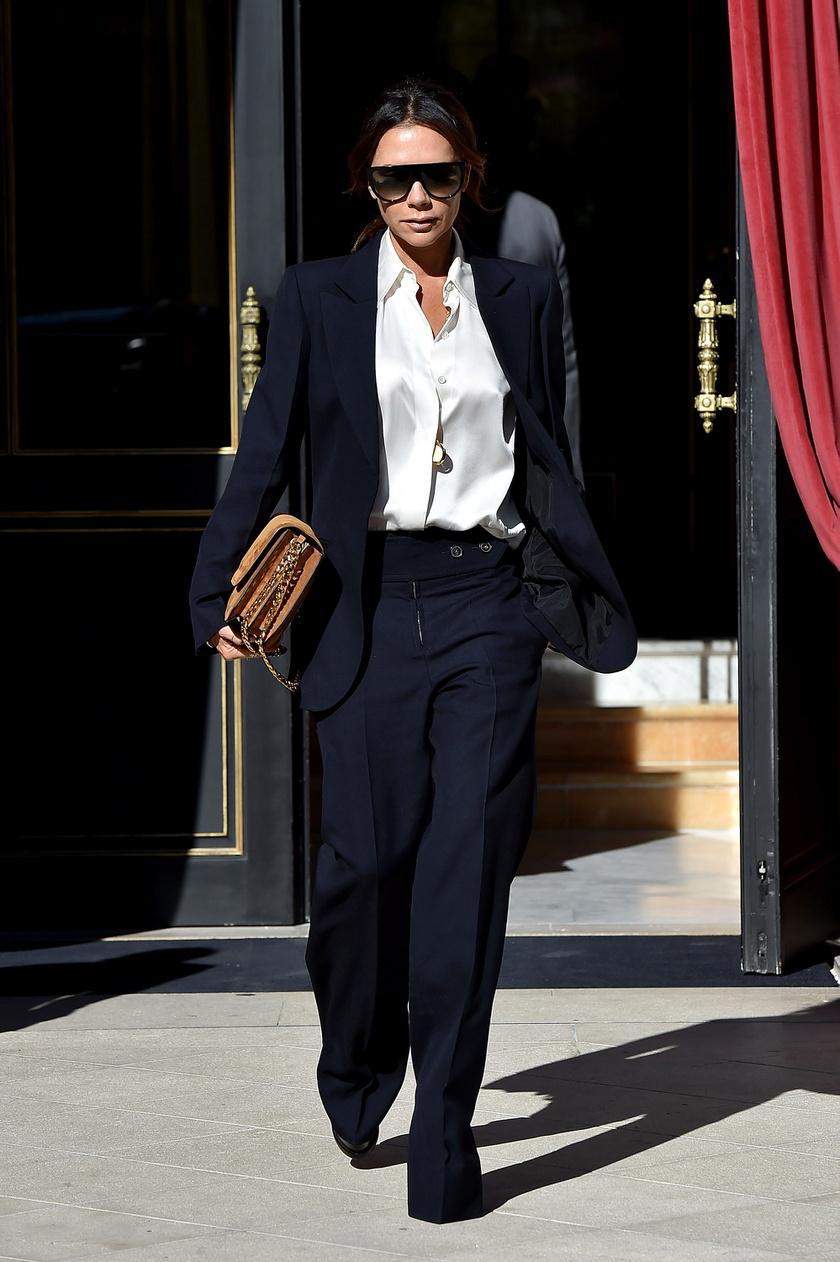 Élére vasalt, kissé bővebb, egyenes szárú öltönynadrág, egy blézer és egy egyszerű, fekete ing: ennél a szettnél nincs divatosabb összeállítás egy meetingre vagy egy fontos tárgyalásra. Bézs táskával remekül mutat.
