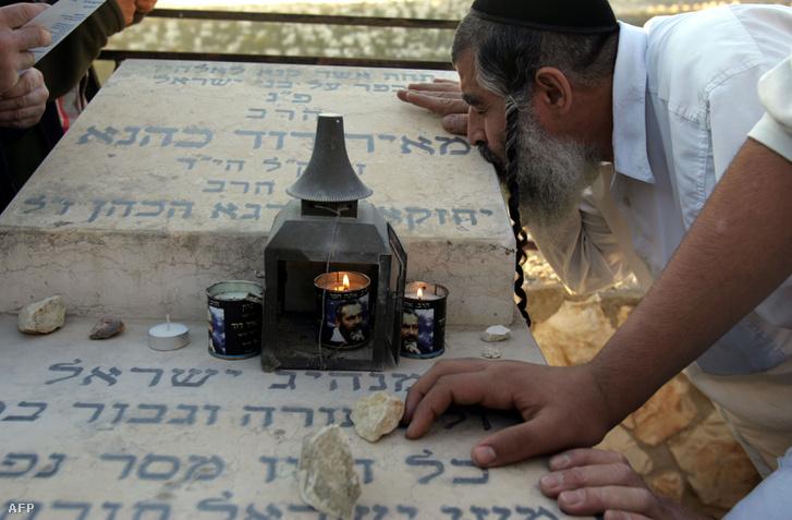 Meir Kahán követői a rabbi sírjánál