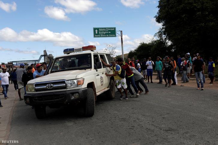 Az összecsapások során megsérült embereket ellátó mentőcsapat Venezuela és Brazília határán