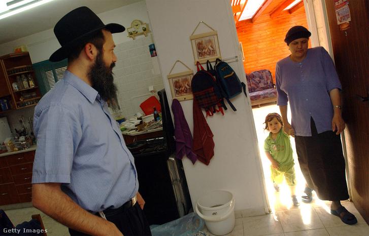 Egy zsidó család a Kirjat Arba-i otthonában 2002. május 21-én