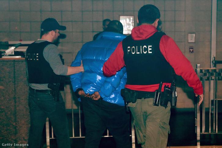 R. Kellyt elvezetik a rendőrök, miután a letartóztatását rendelték el Chicagóban 2019. február 22-én