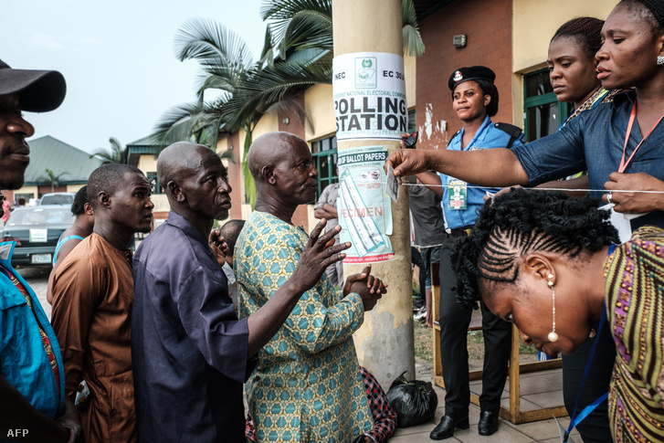 Választók sorban állnak szavazni a halasztott elnöki választásra Nigériában, 2019. február 23-án