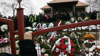 Megkoszorúzták a tatárszentgyörgyi áldozatok sírját az Emmi munkatársai