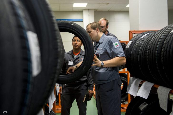 Hankook Tire Magyarország Kft. minőségellenőrzési vezetője (k) oktatja az amerikai Tennessee államban épülő hasonló gyár amerikai dolgozóit a cég rácalmási gyárában szervezett képzésen 2016. április 28-án