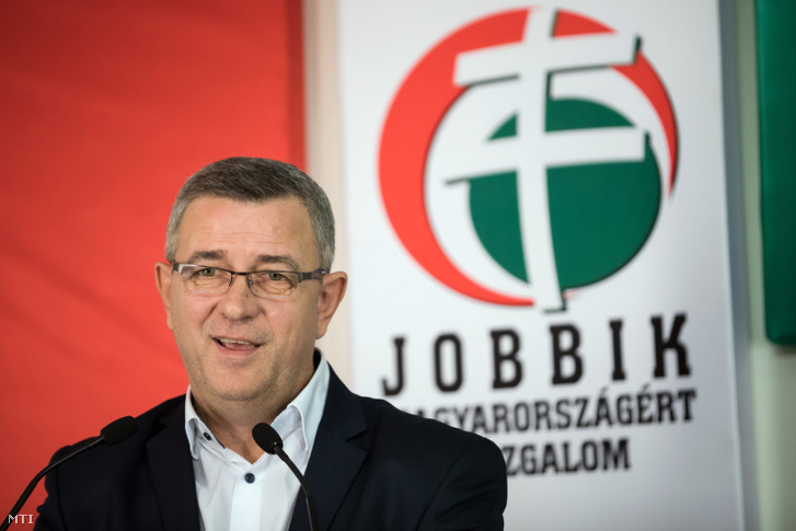 Szilágyi György a Jobbik szóvivõje sajtótájékoztatót tart a párt rendkívüli kongresszusa után.