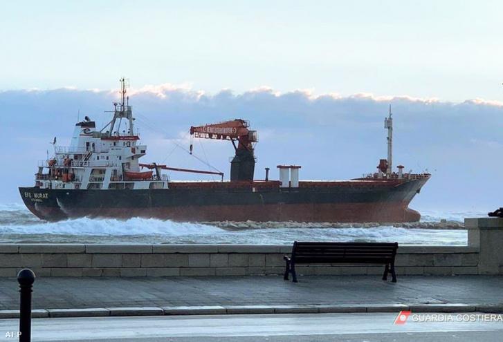 A török Efe Murat hajó zátonyra futott Bari mellett.