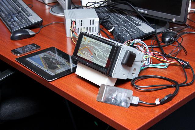 Íme az egyszerű intelligens képernyő, amin az iPod navigációja megjelenik. Nem ez a jövő, hanem az integrált autós navigáció