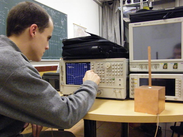 Dudás Levente a műhold rádiófrekvenciás szempontokból kialakított modelljének mérése közben