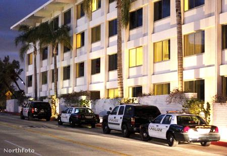Rendőrök a Hilton előtt szombat este