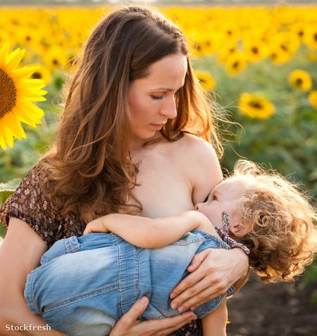 stockfresh 1515457 woman-breastfeeding-baby sizeM