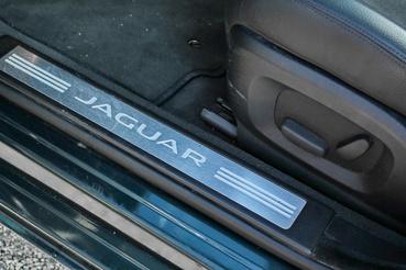 Adtak a részletmegoldásokra is, elegáns az autó