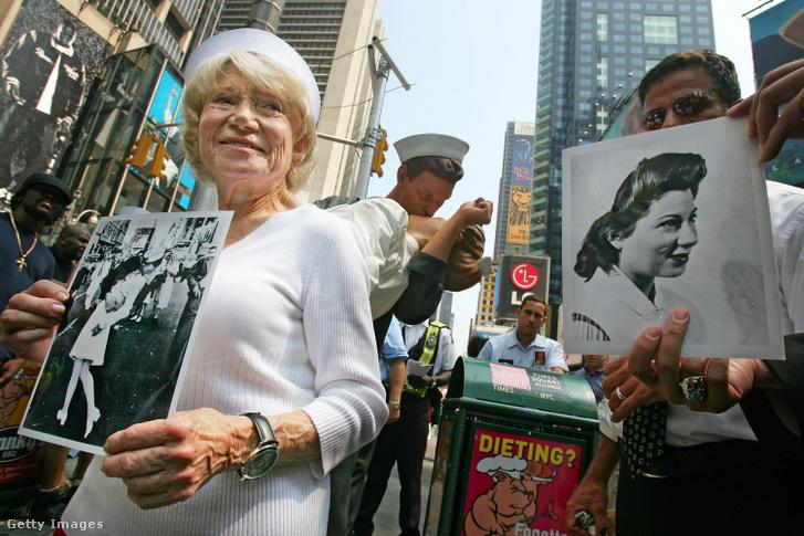 Edith Shain a New York-i Times Square-en 2005. augusztus 11-én a fotóról készült szobor előtt. Negyedszázadon át őt tartották a fotón szereplő nőnek, de tévesen.