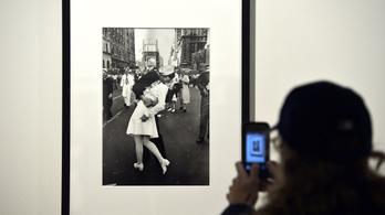 Zaklatást örökített meg a csókolózó matróz legendás fotója