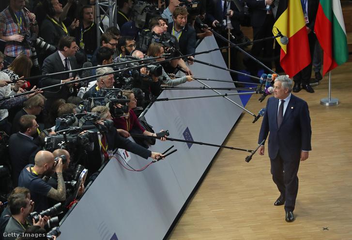 Antonio Tajani az Europai Parlament elnöke nyilatkozik a sajtónak 2018. október 18-án Brüsszelben.