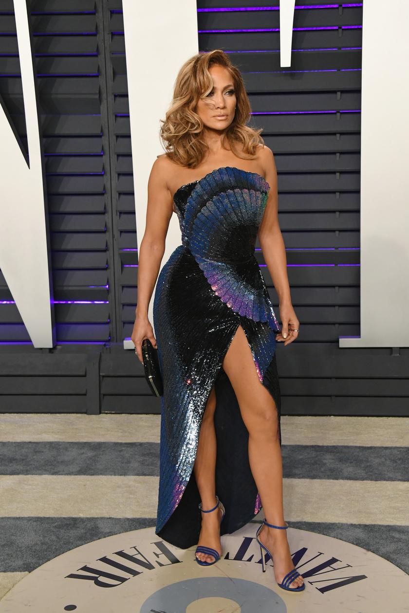 Jennifer Lopez közel állt a bugyivillatáshoz ebben a merész szettben.