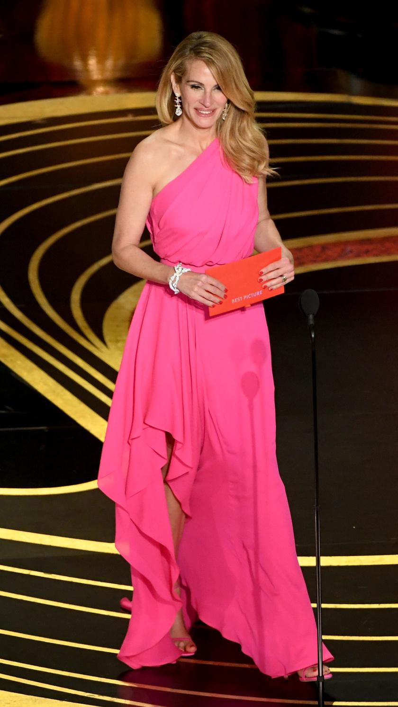 Az 51 éves Julia Roberts egy pink Elie Saab-kreációban jelentette be a legjobb filmnek járó kategória győztesét az Oscar-gálán.
