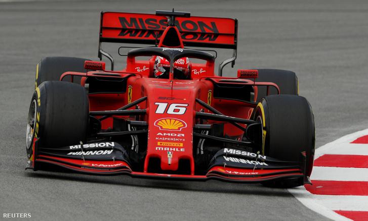 A Ferrari fekete szárnyelemei a két végén lekonyulnak