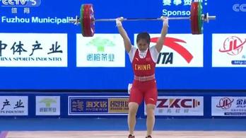 Négy kísérletből három világrekordot hozott össze a súlyemelő