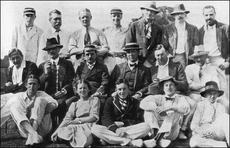 AA Milne (középső sor, balra) és JM Barrie (középső sor, balról harmadik)