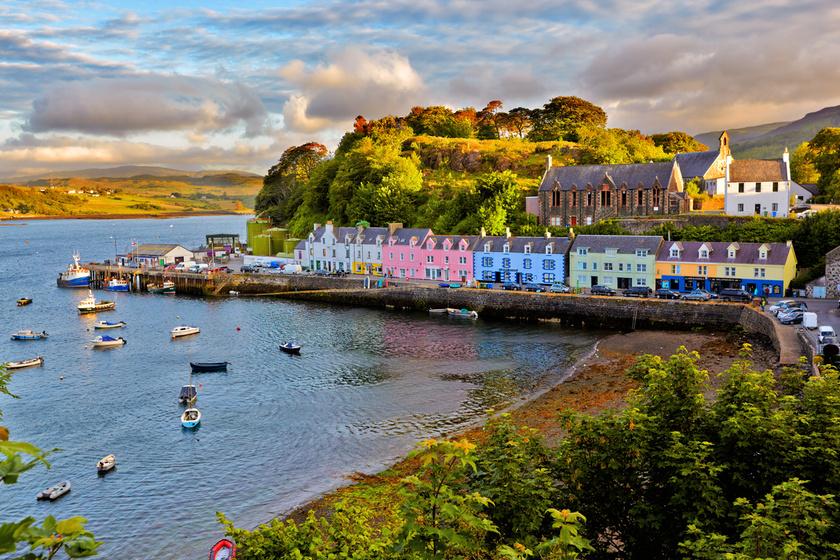 A Belső-Hebridák legnagyobb szigetének, Kis-Skócia -Skye- észak-keleti részén fekvő Portree egy apró kikötőváros, vagy inkább a romantikus mesék elbűvölő vidéke. A sziget meredek hegyvonulataival, helyenként tengerbe ereszkedő szirtjeivel és mély öbleivel csodálatos természeti szépségeket rejt.
