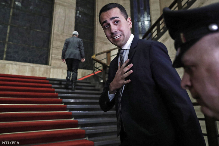 """Luigi Di Maio olasz miniszterelnök-helyettes, munkaügyi és gazdaságfejlesztési miniszter újságírókhoz beszél egy minisztériumi tanácskozás végén Rómában 2019. január 21-én. Ezen a napon bekérették a párizsi olasz nagykövetet a francia külügyminisztériumba, mert előző nap Luigi Di Maio azt állította, hogy Franciaország tehet a migrációs válság elmélyüléséről. Di Maio szerint Franciaország 14 afrikai országban nyomtat pénzt, amellyel """"megakadályozza ezen afrikai országok fejlődését, és hozzájárul a menekültek útnak indulásához, akik aztán életüket veszítik a Földközi-tengeren vagy az olaszországi partokra érkeznek""""."""