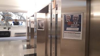 A Momentum kiplakátolta az EP folyosóit a legújabb propagandaplakátokkal