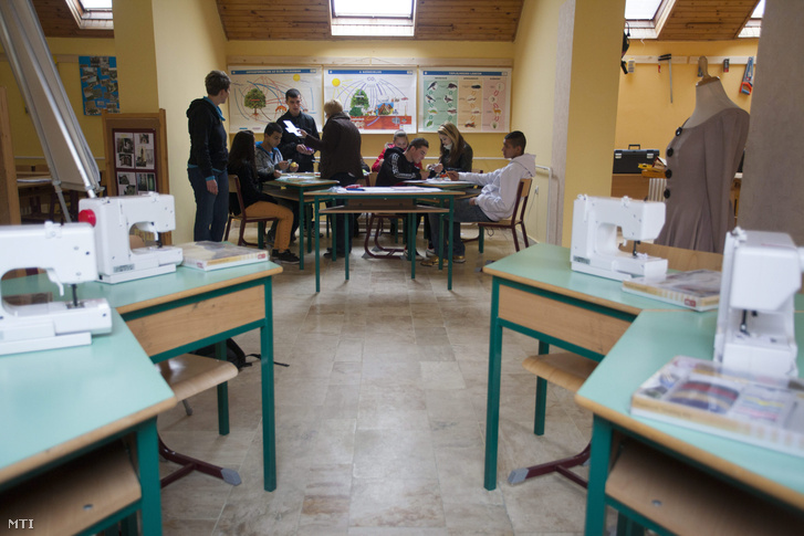 Gyakorlati foglalkozáson résztvevő diákok a kaposvári Építőipari Faipari Szakképző Iskolában