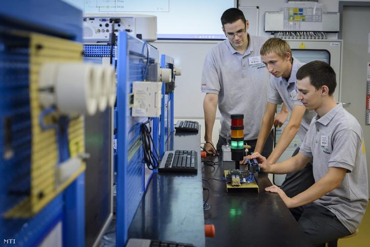 Szakmunkástanulók a gördülõcsapágyakat gyártó FAG Magyarország Ipari Kft. debreceni gyárában létrehozott Schaeffler Akadémia oktatótermében