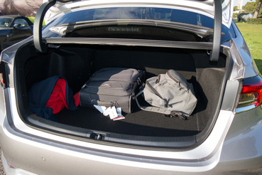 A csomagtartón nem látszik a hibridség, mert az akku a hátsó ülés alatt van