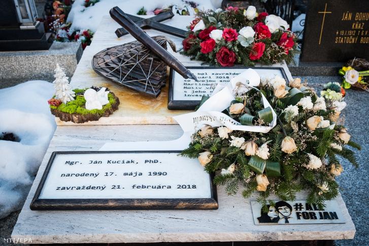 Koszorúk Ján Kuciak meggyilkolt szlovák tényfeltáró újságíró sírján a szlovákiai Trencsénselmec temetőjében 2019. február 20-án.