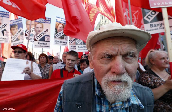 Orosz kommunisták a tervezett nyugdíjreform elleni tüntetésen Moszkva belvárosában 2018. szeptember 2-án.