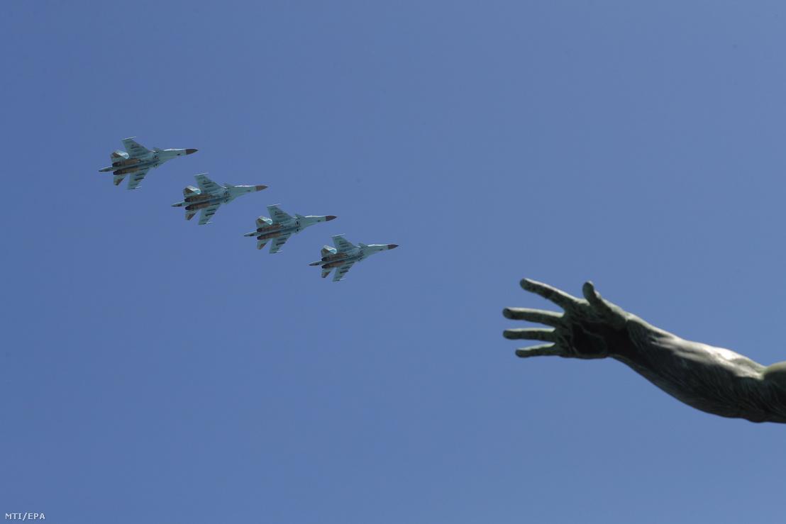 Az orosz légierő kötelékben repülő harci repülőgépei a moszkvai Vörös tér felett a győzelem napja alkalmából tartott légi bemutatón 2018. május 9-én. Oroszországban ezen a napon ünneplik a náci Németország felett a II. világháborúban aratott győzelem 73. évfordulóját.