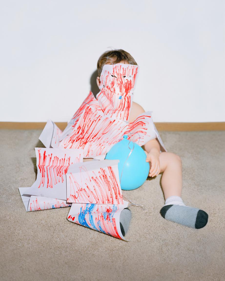 O'Leary egy ideje elkezdte gyűjteni azokat a képeket, amiket a barátai a gyermekeikről készítenek. Leginkább a kis Elijah-ról készült fotók ragadták meg, mert ezek megmutatták az anyaságnak azt a szeletét, amivel nem nagyon találkozunk, egy egyszerre bájos, gyönyörű és furcsa, vad világot.