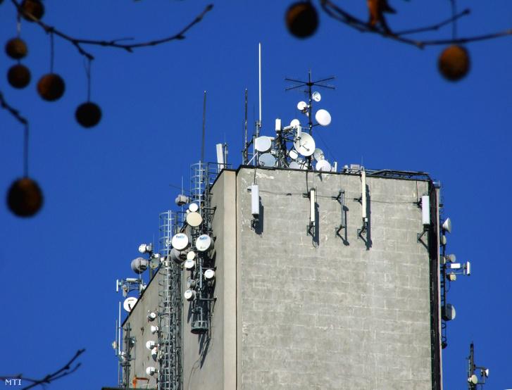 Távközlési mikrohullámú parabolaantennák, valamint celluláris (mobiltelefon) antennák a főváros XV. kerületében, a Nyírpalota utcában álló 18 emeletes, 71 méter magas lakóépület tetején